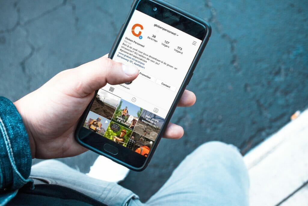 Een smartphone die social media gebruikt om te solliciteren.