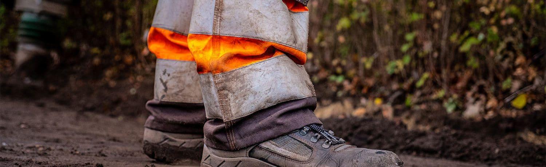 Werkschoenen van een stratenmaker.