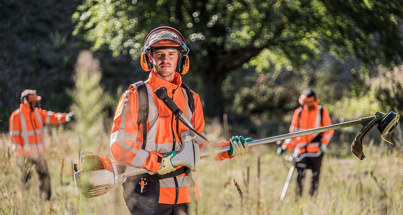 Meewerkend voorman groenvoorziening met de bosmaaier