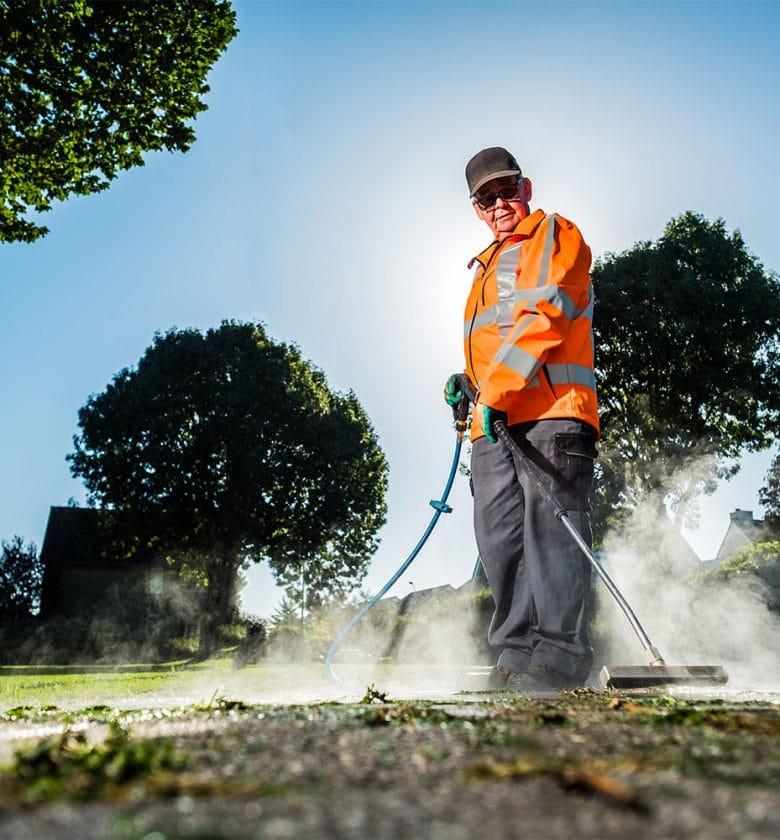 Medewerker in groenvoorziening aan het werk bij Globen.