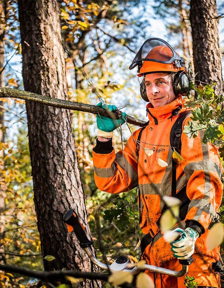 medewerker groenvoorziening aan het werk in het bos