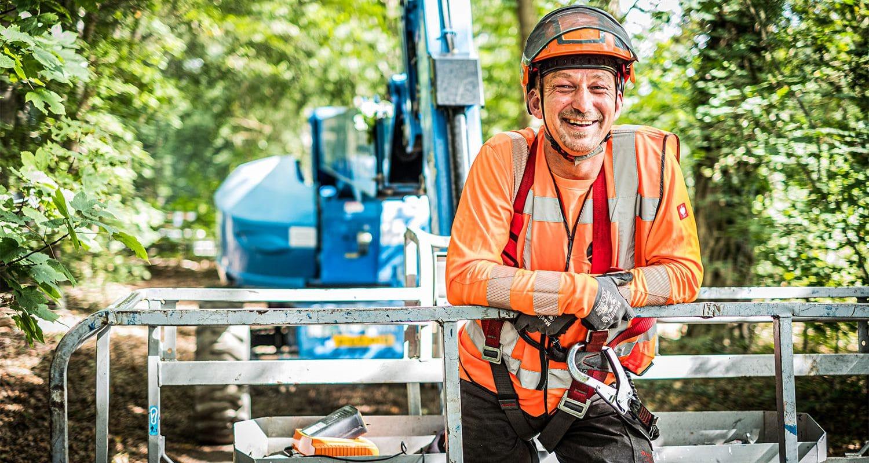 Een assistent van de boomverzorger bij Globen.