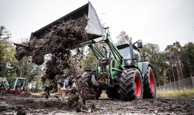 Een dumpermachinist aan het werk in grondverzet.