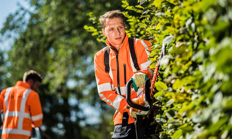 Medewerker aan het werk in de groenvoorziening.