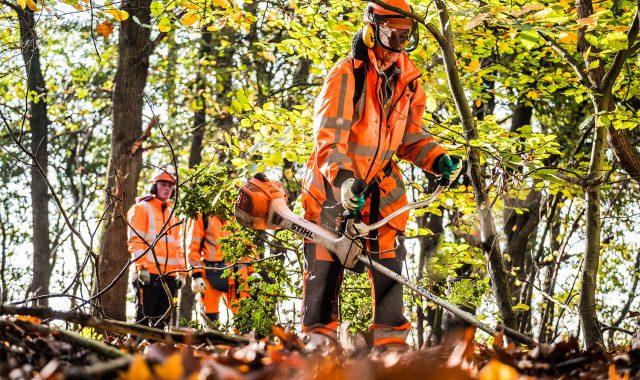 Een deelnemer van BBL opleiding medewerker buitenruimte aan het werk met de bosmaaier