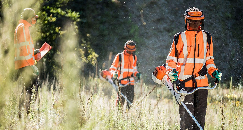 Medewerkers groenvoorziening aan het bosmaaien