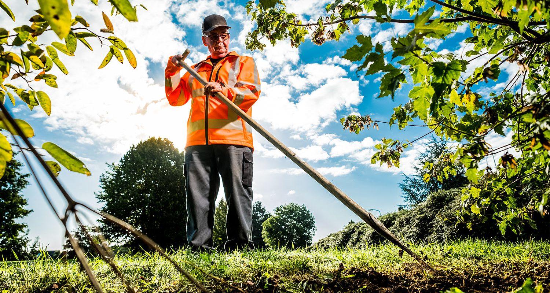 Medewerker groenvoorziening aan het werk in Emmen